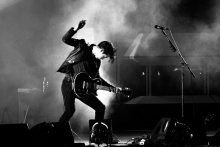 01-alex-turner-arctic-monkeys-par-herve-le-gall-charrues-2014
