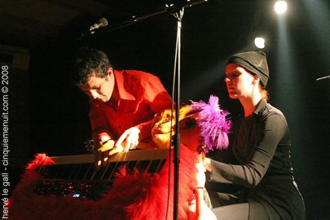 albin de la simone en concert au run ar puns le 2 mai 2008
