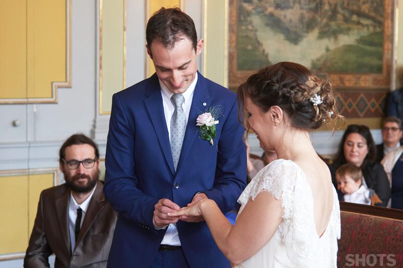 adrien passe la bague au doigt de typhaine photographe de mariage