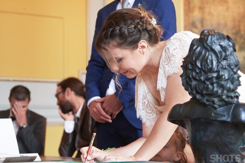 photographe de mariage la signature du registre par la mariée
